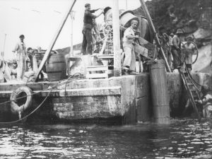 Construcción del Muelle Norte en la zona de O Puntal. Entre 1946 y 1960 se dio forma al muelle norte.